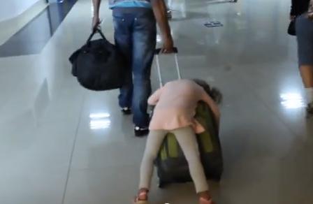 【動画】娘が爆睡中でもキャリーバッグがあれば楽ちん♪