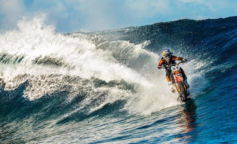 バイクでサーフィンする動画が話題